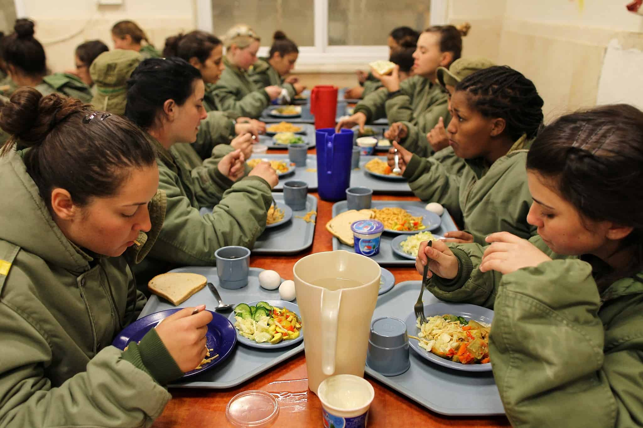 חדר אוכל צבאי, 2011 (צילום: נתי שוחט פלאש 90)