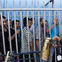 עובדים פלסטינים במחסום בית לחם (ששופץ לאחרונה), 2013 (צילום: Neal Badache/FLASH90)