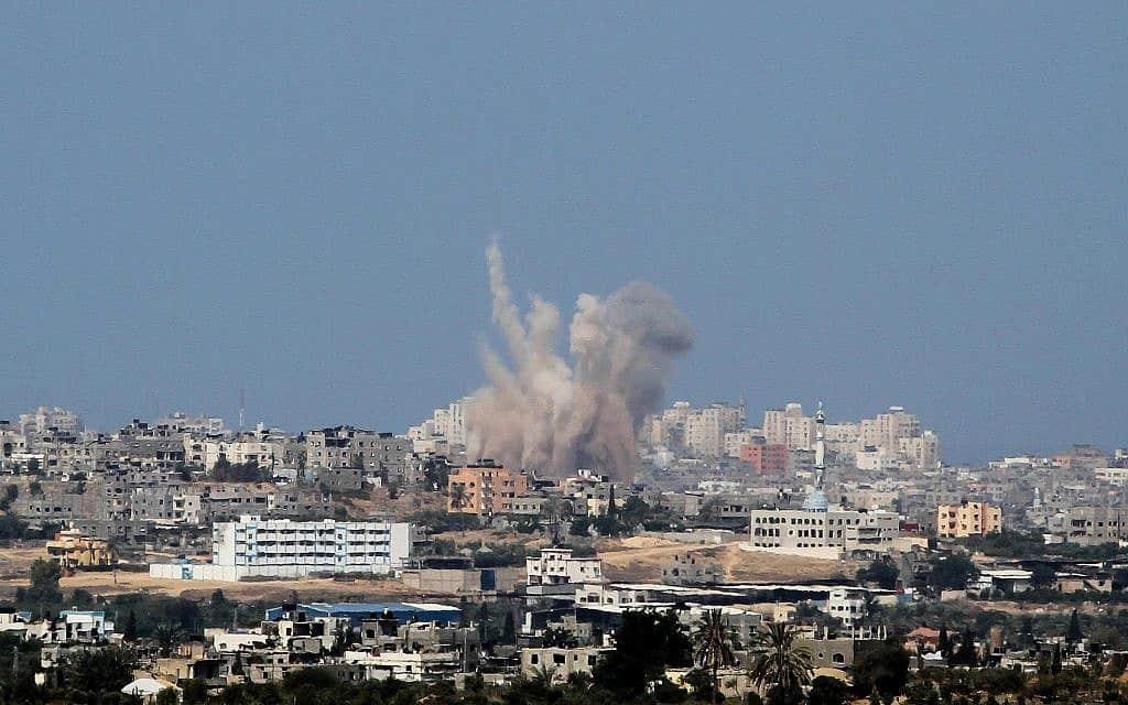 תקיפה ישראלית בעזה (צילום: Albert Sadikov/Flash90)