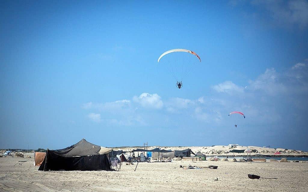 נופשים בחוף הבונים, לפני שהפף לחוף הצפוף בארץ (צילום: מרים אלסטר/פלאש90)