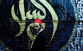 חב״דניק חולף על פני מסגד (צילום: אמיר לוי/פלאש90)