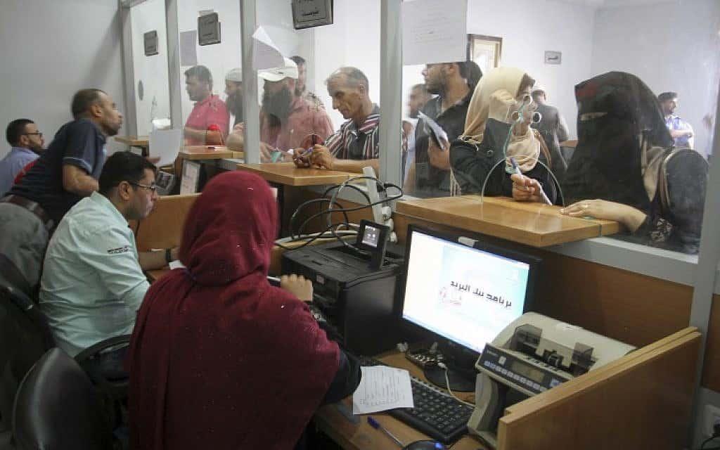 חלוקת כסף ברצועת עזה, ארכיון (צילום: Abed Rahim Khatib/Flash90)