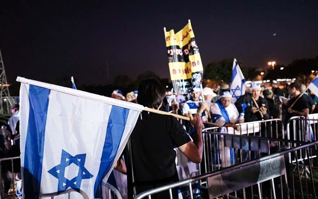 מפגינים נגד הטקס המשותף בפארק הירקון (צילום: Tomer Neuberg/Flash90)