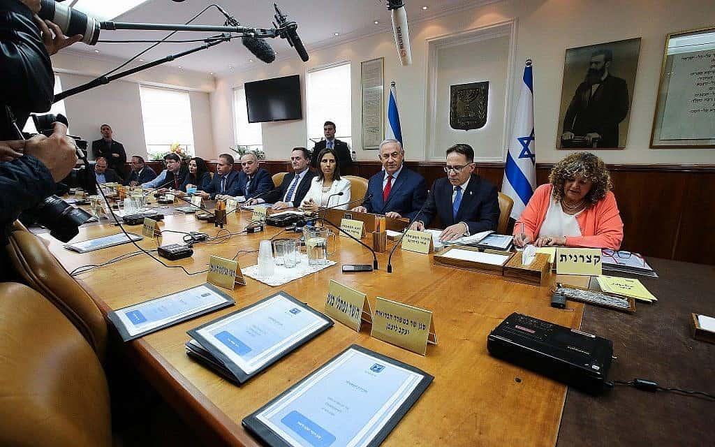 ראש הממשלה בנימין נתניהו מוביל את ישיבת הממשלה השבועית במשרד ראש הממשלה בירושלים במרץ 2018 (צילום: מארק ישראל סלם/פלאש90)