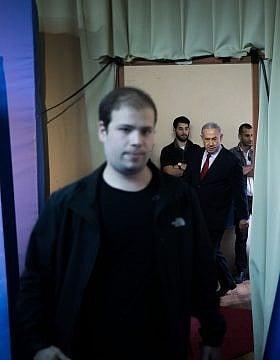 בנימין נתניהו מגיע למסיבת עיתונאים במהלך הבחירות. מוביל בראש: טופז לוק (צילום: יונתן סינדל/פלאש90)