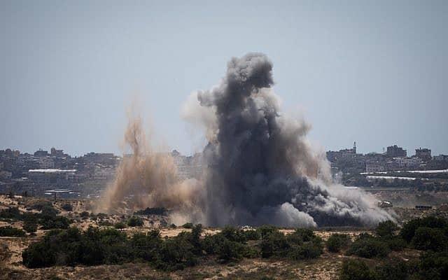 תקיפה ישראלית בעזה, כפי שהיא נראית מנתיב העשרה (צילום: Hadas Parush/Flash90)