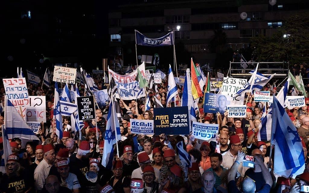 שלטים בהפגנת האופוזיציה (צילום: Tomer Neuberg/Flash90)