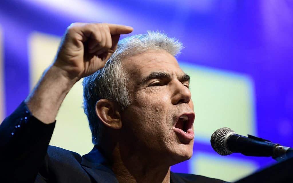 יאיר לפיד נואם בהפגנת האופוזיציה ברחבת מוזיאון תל אביב (צילום: תומר נויברג/פלאש90)