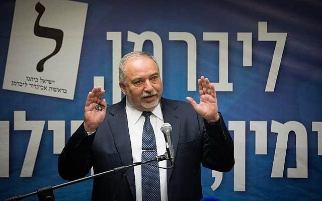 אביגדור ליברמן במסיבת העיתונאים סביב משבר חוק הגיוס והמו״מ הקואליציוני (צילום: יונתן סינדל/פלאש90)