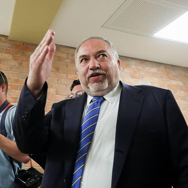 אביגדור ליברמן מגיע לכנסת לקראת ההצבעה על פיזור הכנסת ה-21 (צילום: יונתן סינדל/פלאש90)