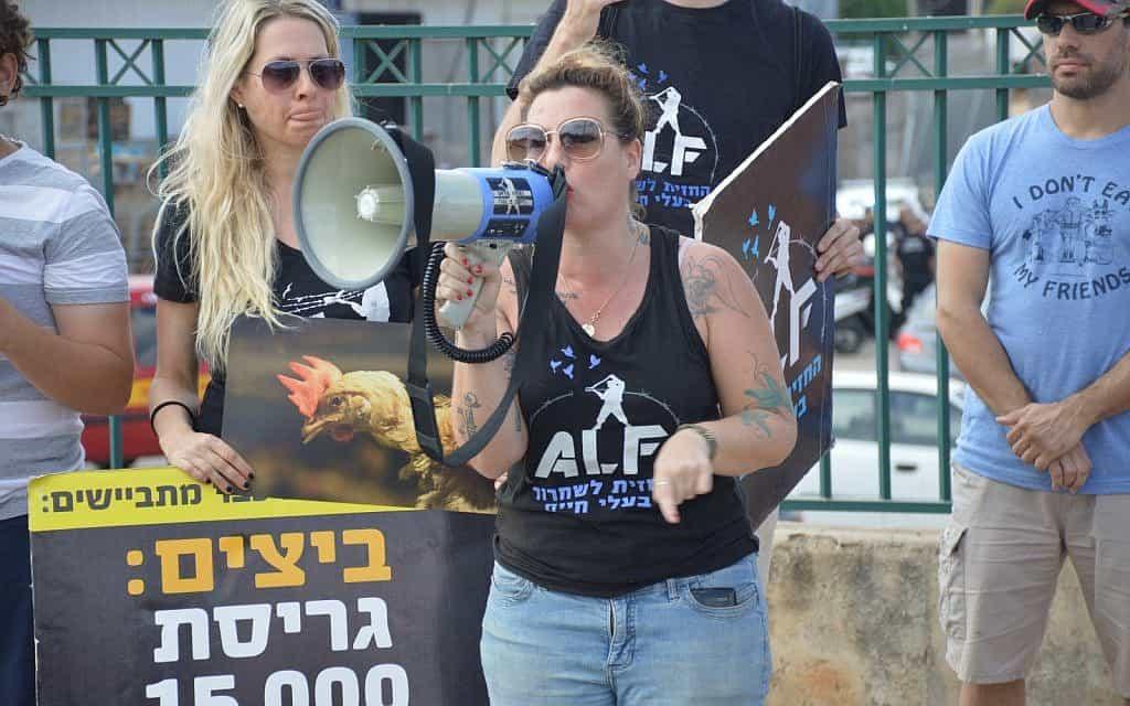 טל טל גלבוע בהפגנה למען זכויות בעלי חיים ב-2016