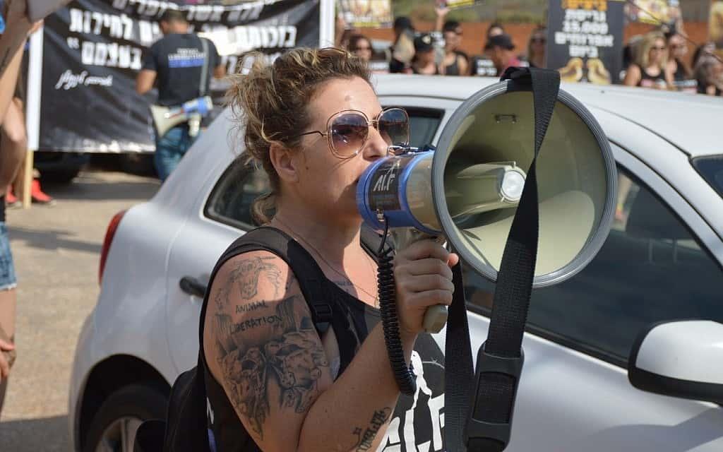 טל גלבוע בהפגנה למען זכויות בעלי חיים ב-2016