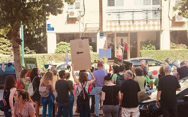 עשרות מפגינים מול ביתו של נתן אשל (צילום: אמיר בן-דוד/זמן ישראל)