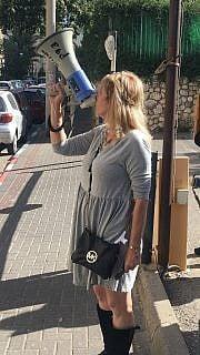 סיגל קסלר עם המגאפון, הפעם מול ביתו של נתן אשל (צילום: אמיר בן-דוד/זמן ישראל)