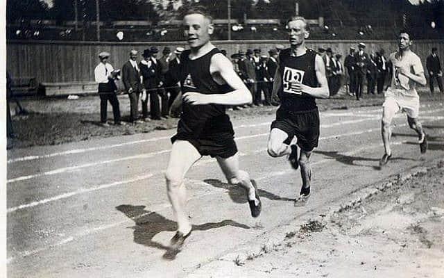 כץ (מימין) מאחורי פאבו נורמי ואוסקרי ריסאנן ב-1920