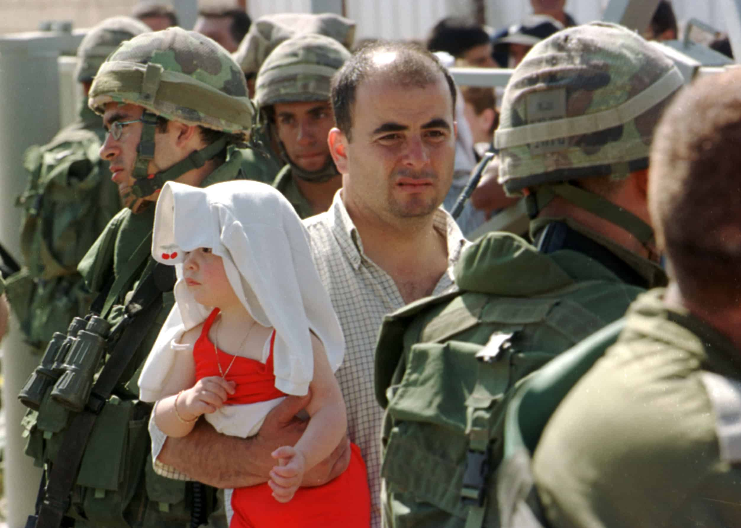 """פליטים וחיילים במהלך נסיגת צה""""ל מלבנון, 2000 (צילום: פלאש90)"""