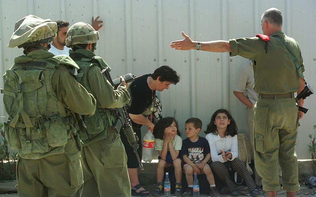 """פליטים וחיילם במהלך נסיגת צה""""ל מלבנון, 2000 (צילום: פלאש 90)"""