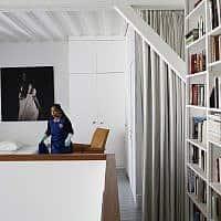 אשה מנקה דירת Airbnb בפריז (צילום: AP Photo/Thibault Camus)