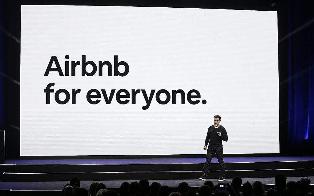 "מנכ""ל ומייסד Airbnb בריאן צ'סקי באירוע בסן פרנסיסקו בפברואר 2018 (צילום: AP Photo/Eric Risberg, File)"