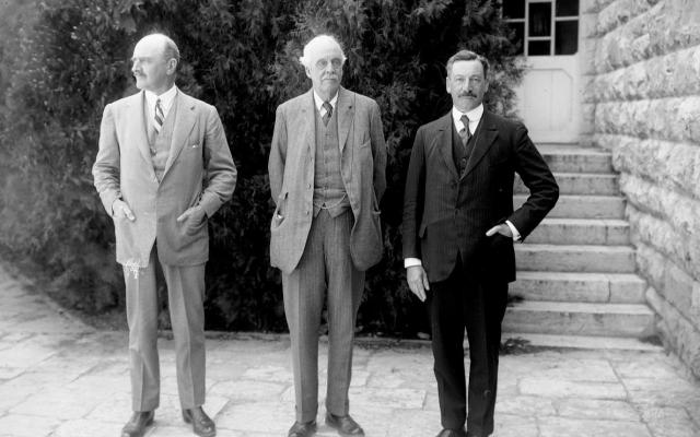 מימין: הרברט סמואל, לורד בלפור ולורד אלנבי. האוניברסיטה העברית בירושלים, 1925 (צילום: Library of Congress)