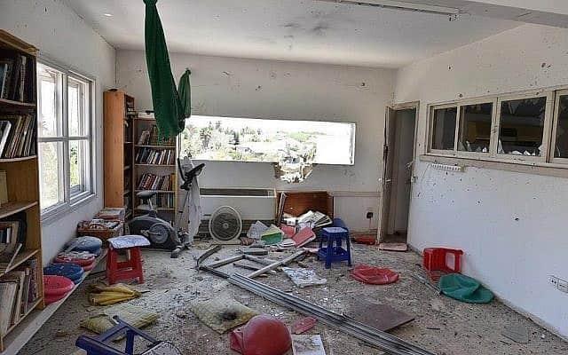 פגיעה ישירה בבית במועצת חוף אשקלון, יום שבת ה-4 במאי 2019. המשפחה הספיקה להכנס למקלט. לא היו נפגעים (צילום: משטרת ישראל)