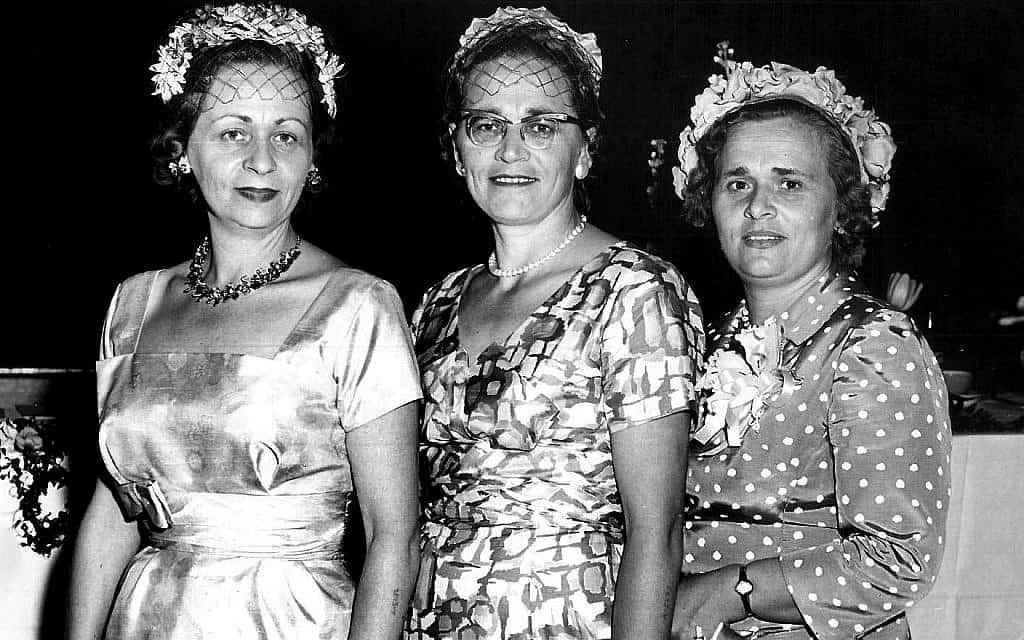 משמאל: הלן לוצ'ק פולן, אולגה לוצ'ק טייסון ואלה לוצ'ק רוגוזינסקי בג'קסונוויל, פלורידה, בערך ב-1959 (צילום: באדיבות דנה רוגוזינסקי)