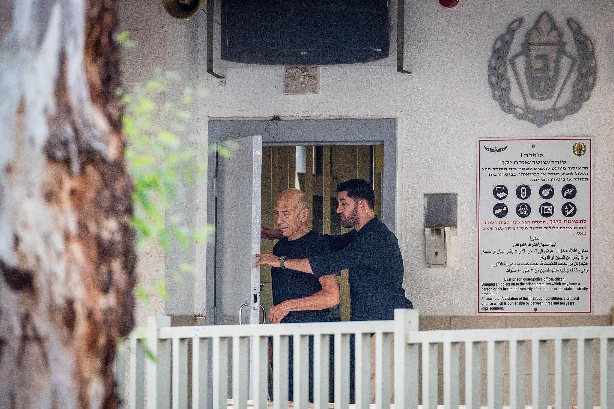 אהוד אולמרט עם שחרורו מכלא מעשיהו (צילום: הדס פרוש, פלאש 90)