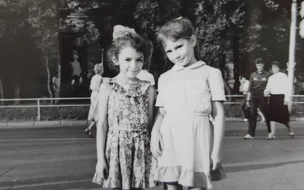 בנות הדודה הופרדו בירידה מהמטוס. אירה וסוניה, ברוסיה (צילום: מהאלבום הפרטי)