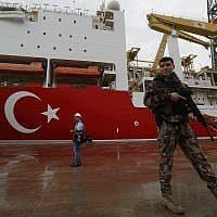 חייל טורקי שומר על אוניית קידוחי גז (צילום: Lefteris Pitarakis AP)