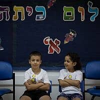 תלמיד ותלמידה במכנסיים קצרים (צילום: הדס פרוש)