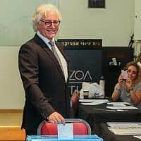 ציון אמיר מצביע בבחירות ללשכת עורכי הדין (צילום: פלאש 90)