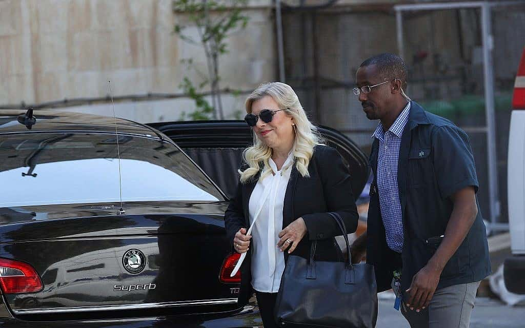 שרה נתניהו בדרך לבית המשפט (צילום: יונתן סינדל, פלאש 90)