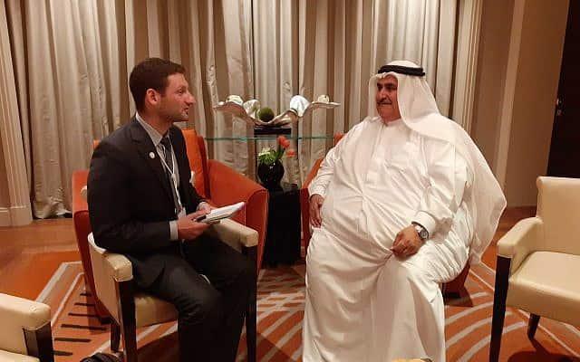 כתב הטיימס אוף איזראל רפאל אהרן (משמאל) מראיין את שר החוץ הבחרייני, השייח' ח'אלד בן אחמד אל-חליפה (צילום: The Times of Israel)