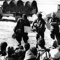 מפקד הפלוגה עוזי אילת מתדרך את חיילי פלוגה ב', גדוד 71, חטיבה 55, לפני המלחמה (צילום:  Copyright: Yossi Shemy/ all rights reserved; all reproductions prohibited)