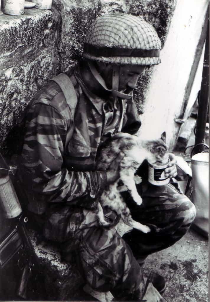 חייל בפלוגה של יוסי, פציפיסט מטבעו, שנמנע מלהשתמש בנשק ומיקד את תשומת לבו בבעלי החיים שחצו את דרכו (צילום: Copyright: Yossi Shemy/ all rights reserved; all reproductions prohibited)