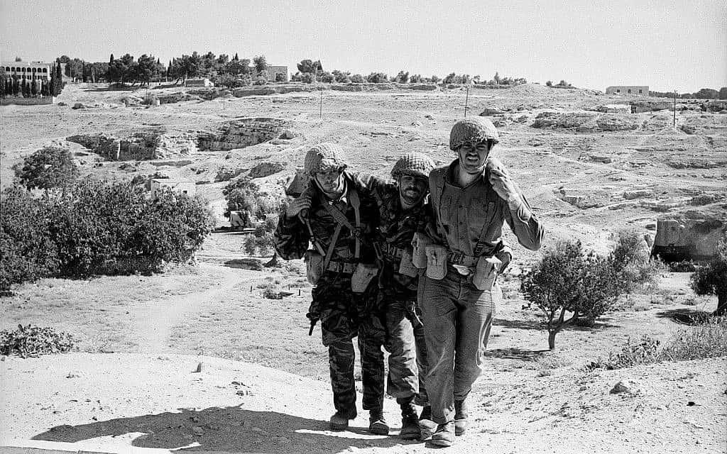 חייל פצוע ושני חברים לקרב באוגוסטה ויקטוריה (צילום:  Copyright: Yossi Shemy/ all rights reserved; all reproductions prohibited)