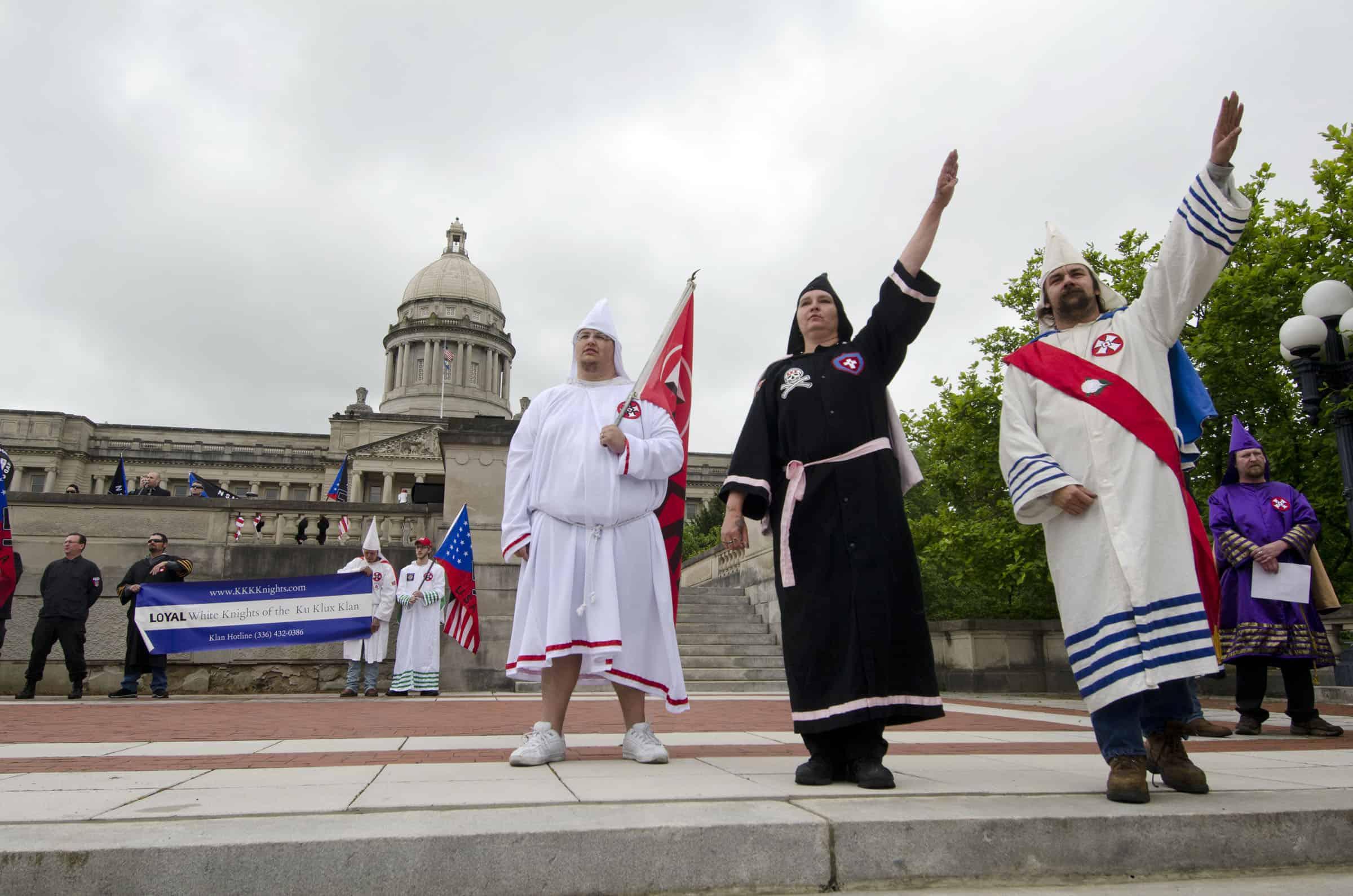 גזענים אמריקאים צועדים בקנטקי, ארצות הברית, ב-2012 (צילום: AP Photo/John Flavell)