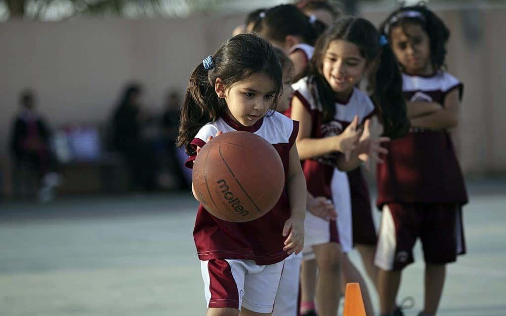 ילדות סעודיות משחקות כדורסל, 2014 (צילום: AP Photo/Hasan Jamali, FILE)