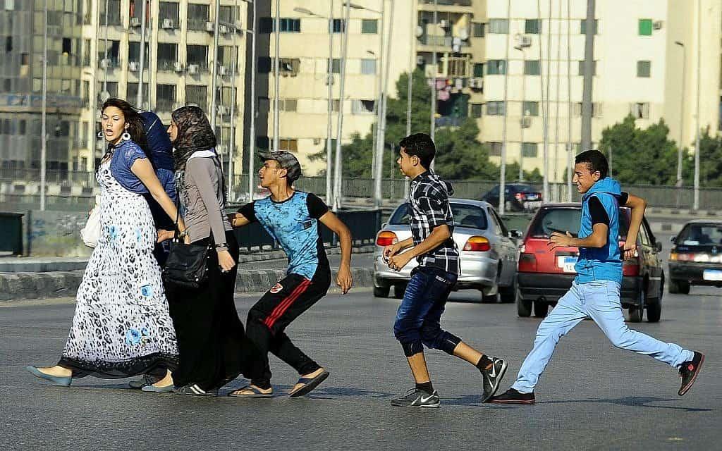 נערים מטרידים מינית ברחוב במצרים, 2017 (צילום: AP Photo/Ahmed Abdelatif, El Shorouk Newspaper, File)