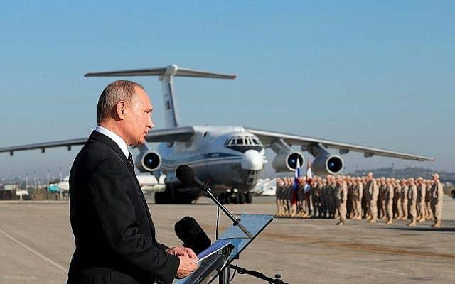 בתמונה זו מה-12 בדצמבר, 2017, נשיא רוסיה ולדימיר פוטין מדבר לחיילים בבסיס חייל האוויר קמיימים בסוריה (צילום: מיכאיל קלימנטייב\ מאגר תמונות דרך AP)