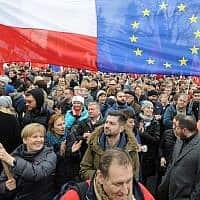 הפגנה נגד מדיניות הממשלה בפולין, דצמבר 2015 (צילום: AP Photo/Alik Keplicz)