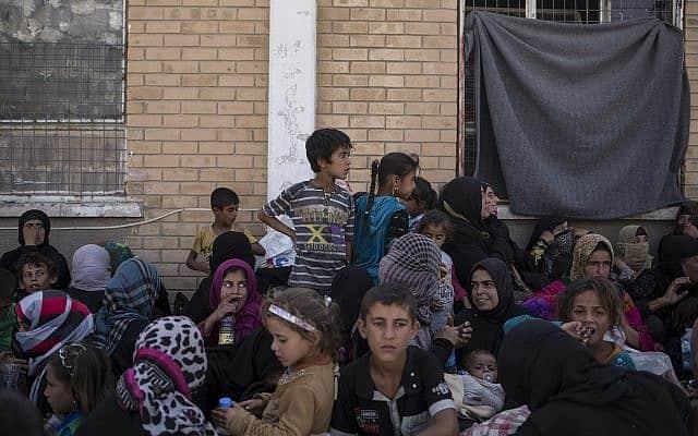 עיראק, 2017: נשים וילדים כורדים שנעצרו לחקירה בחשד למעשי טרור אסלאמיים (צילום: AP Photo/Bram Janssen, File)