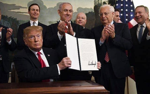 דונלד טראמפ חותם על ההצהרה המכירה בריבונות ישראל ברמת הגולן (צילום: AP Photo/Susan Walsh)