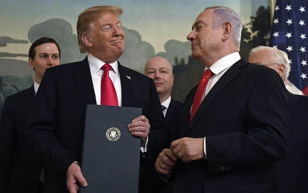 בנימין נתניהו ודולנד טראמפ בבית הלבן, ב-25 במרץ 2019, כשטראמפ חתם על הצהרה המכירה בריבונות ישראל ברמן הגולן (צילום: AP Photo/Susan Walsh)