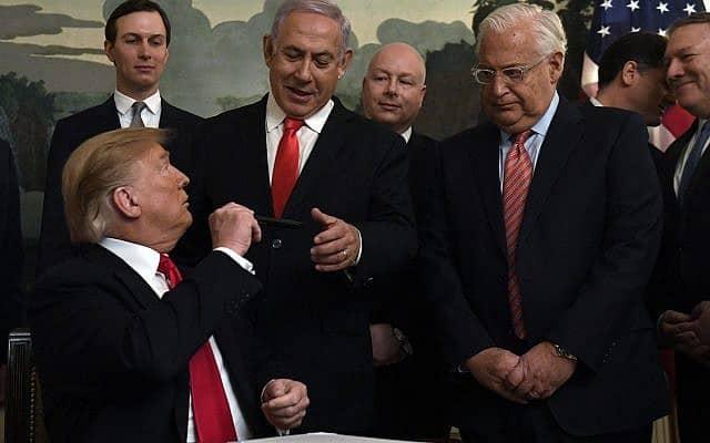 דיוויד פרידמן, בנימין נתניהו ודונלד טראמפ מציינים את ההכרה האמריקנית בריבונות ישראל בגולן (צילום: (AP Photo/Susan Walsh)
