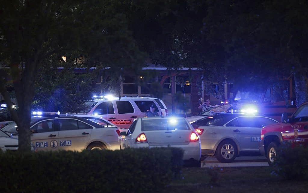 רכבי ביטחון בווירג׳יניה ביץ׳ לאחר מסע הירי (צילום: AP)