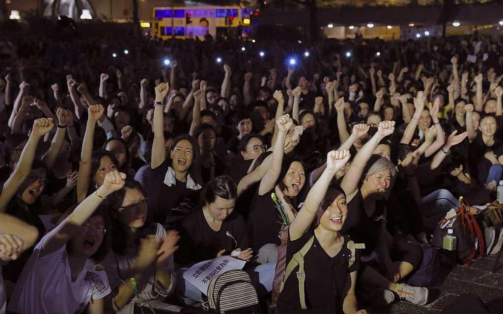 מפגינים בהונג קונג נגד חוק ההסגרה (צילום: AP)