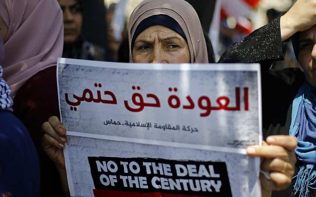 פליטה פלסטינית מפגינה בלבנון נגד תכנית המאה, יוני 2019 (צילום: AP Photo/Bilal HusseinA)