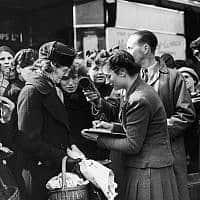 אחורי הקלעים של הכנת כתבת רדיו עבור הבי.בי.סי, בריטניה, 1942 (צילום: AP PHOTO)