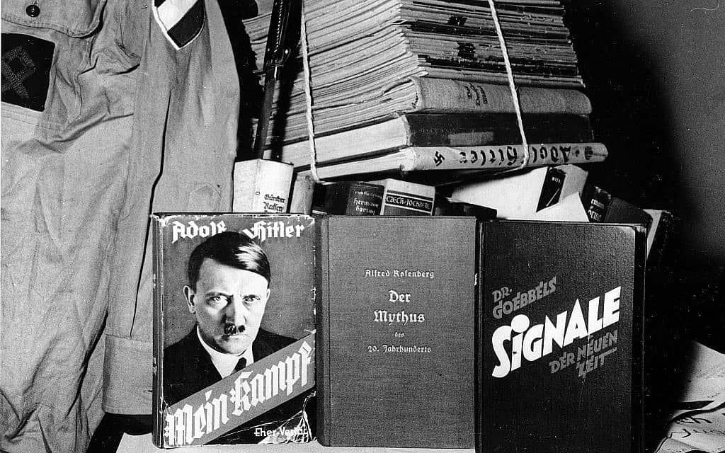 עותק של ספרו של היטלר וציוד שנמצאו אצל ניאו-נאצים במערב גרמניה, 1960 (צילום: AP)
